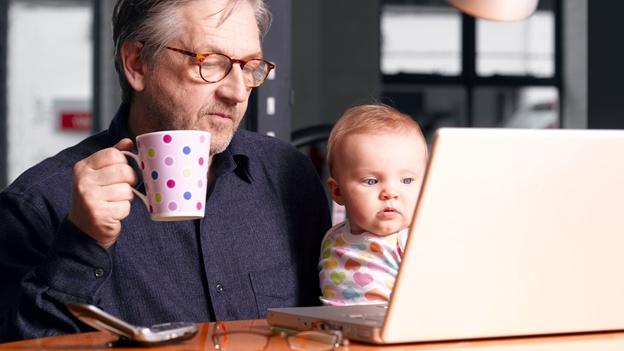 abuelo-grandpa-multitask-multitarea-multi-tarea-laptop-moderno-celular